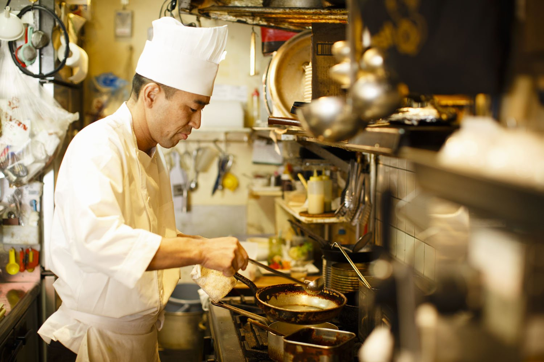 見目麗しい料理は、細やかな手元から生み出される。