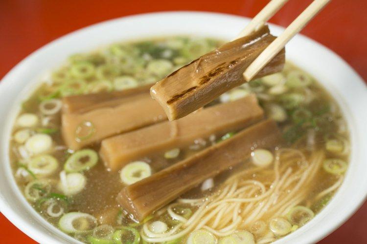 町中華の名店で味わうラーメンは、普通なようで普通じゃない!