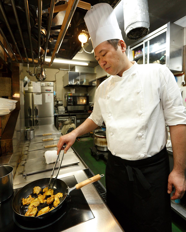 チキンには焼き色を付けて、より香ばしく仕上げる。