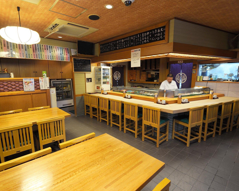 2階には座敷席も。酒は焼酎や日本酒、ワイン、ドンペリまでそろう。