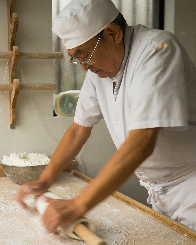 普段は飄々としているご主人だが打ちだすと真剣な表情に。店主 小澤和廣さん。