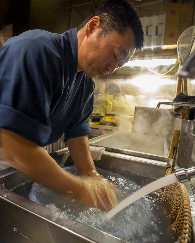 「水回しや丸め作業は手作業で、機械では出せない喉越しと食感を出しています。毎朝5時から仕込んでますよ」と店主 藤原幸喜さん。