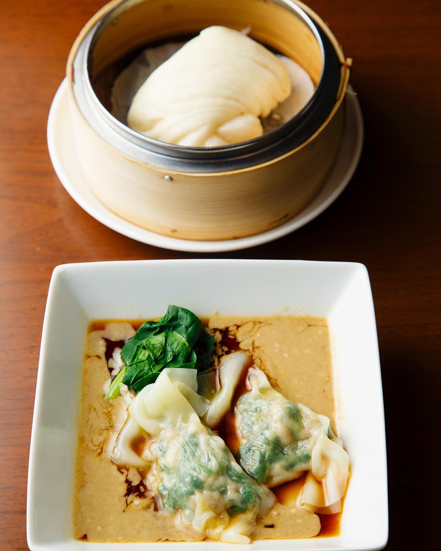 四川風ゴマソース水餃子4個入り600円(写真は2個)。蒸しパン2個入り(写真は1個) 300円は、水餃子のソースにつけて食べるのが乙。