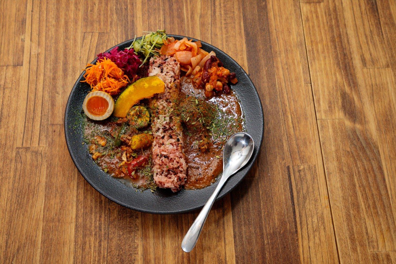 チキンと野菜のあいがけカレー1600円+トッピング6種盛り450円。辛さは子供用~10辛まで13段階。