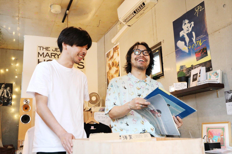 『カレーの店・八月』と同ビルの3階にある中古レコード店『PINKMOON RECORDS』。レコードには曽我部さん手書きのポップが。