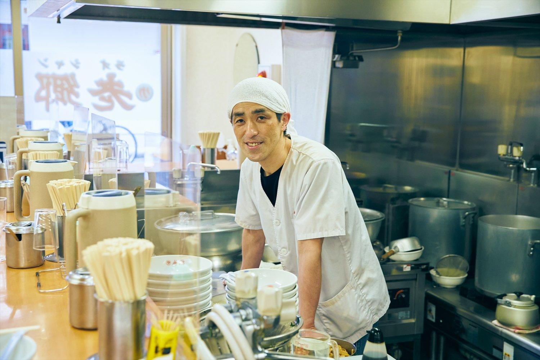 三代目店主・岩間和治さんの生一本な仕事ぶりは、磨き上げられた厨房からも感じられる。