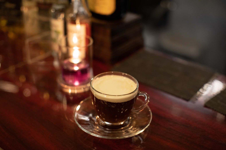 温かいコーヒーカクテル、アイリッシュコーヒー1100円。
