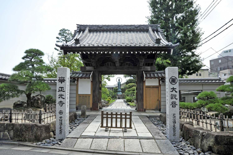 山門の先に寺のシンボルになっている岩淵世継大観音が見える。