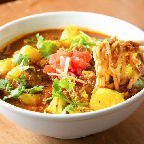 スパイス×麺はここまでスゴイ! カレーの名手が本気と遊び心を注いだ刺激的な麺々