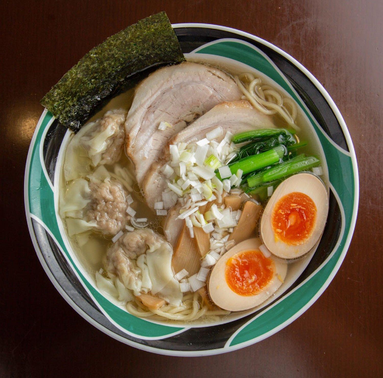 極(きわみ)N麺(塩)980円。自家製チャーシューやワンタンでボリュームたっぷり。