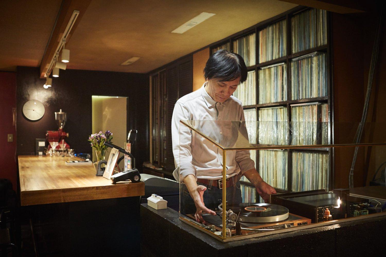 震災で食器や照明は全損したが、レコードとオーディオは奇跡的に助かったという『タウンホール』の金野克人さん。