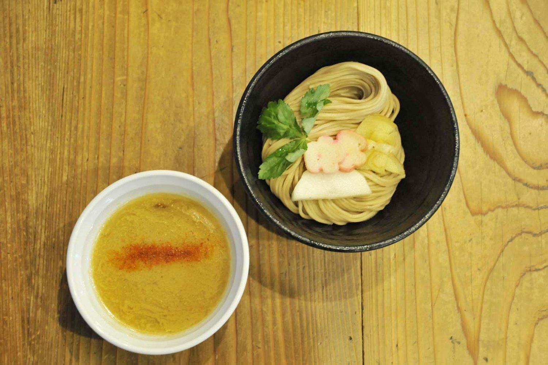 銀だら西京味噌つけ麺。麺の上には薬味のほかに麩がのり、見た目も美しい。