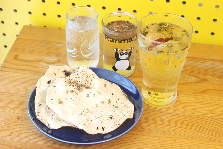 豆のせんべい、パパドをパリパリ食べながら、飲む。他の2杯はついでに作ったスパイスハイ。