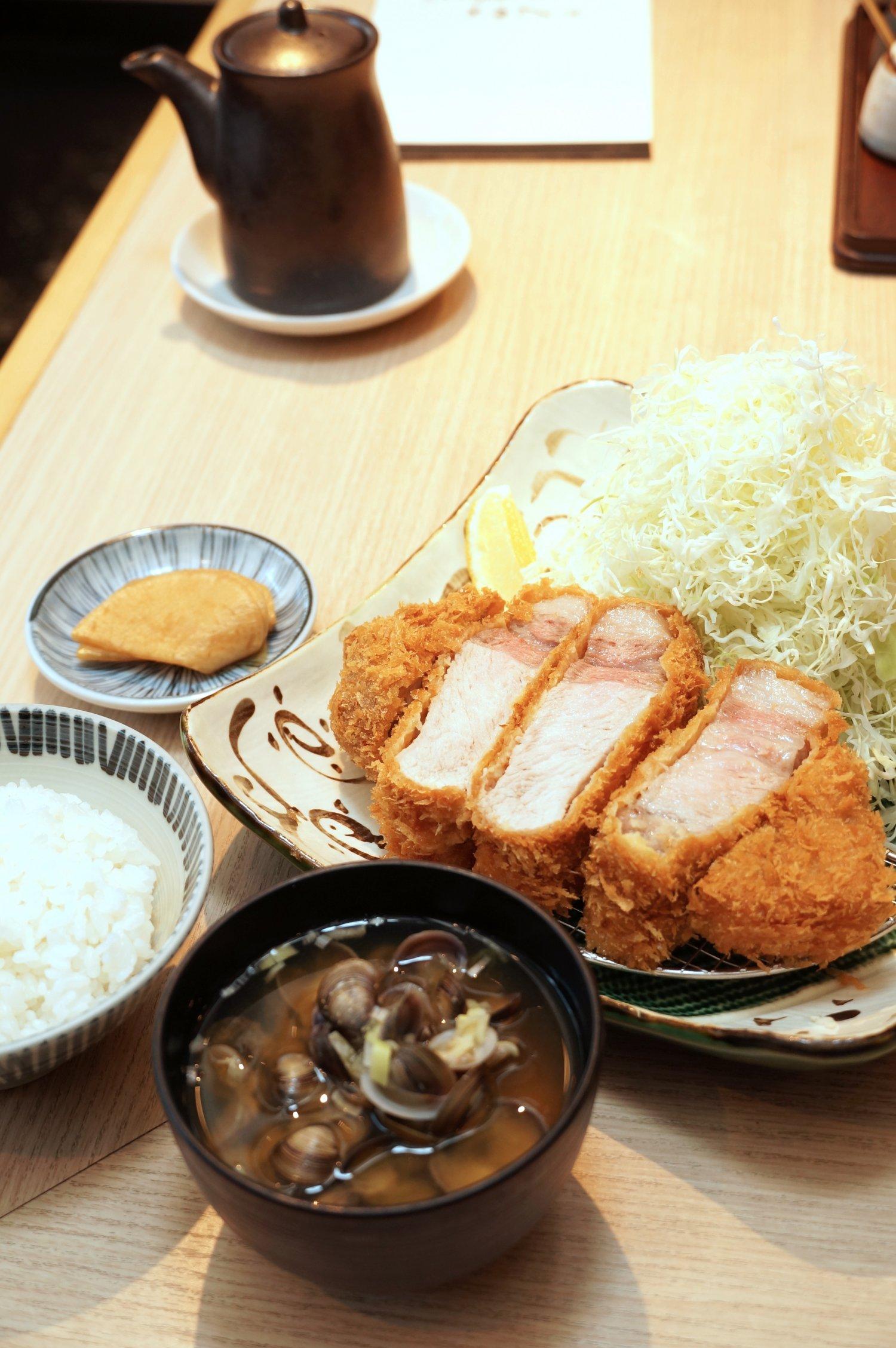 極厚切りロースとんかつ(300g)2310円と定食セット330円。定食セットには、ごはんとしじみの味噌汁、香の物が付く。