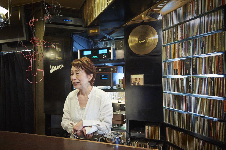 すすきの『ジャマイカ』の樋口ムツさん。店内のレコードとCDは総数2万を超える!