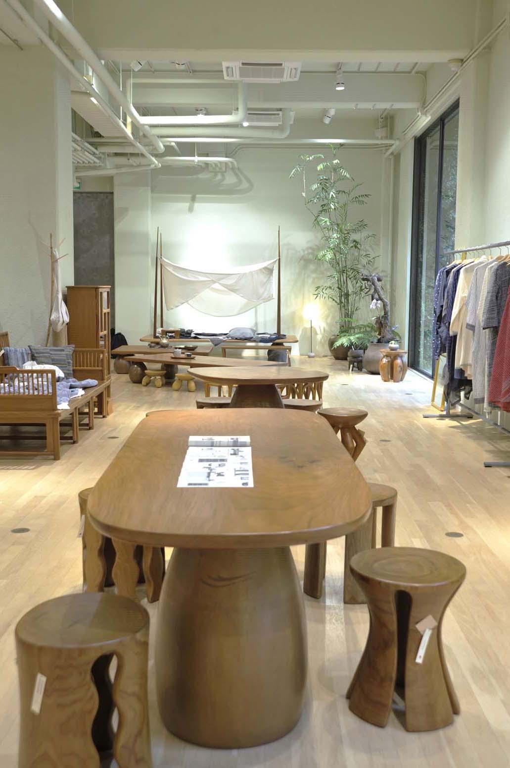 家具は1点ものだ。スツールは木をそのままくり抜いて造られており、年輪を模様として活かしている。