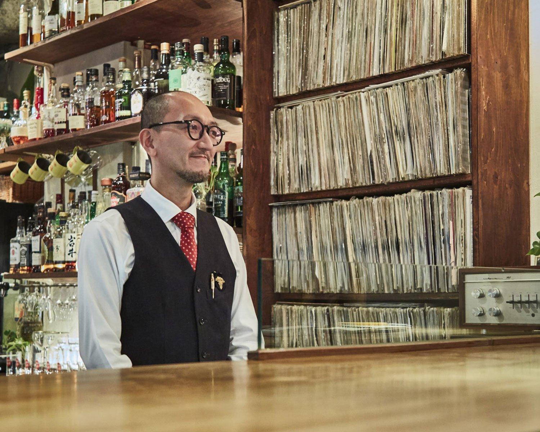 できるバーテンダー風の『BAR JAZZ』牧さん。ジャズを知らなくても無問題の店。