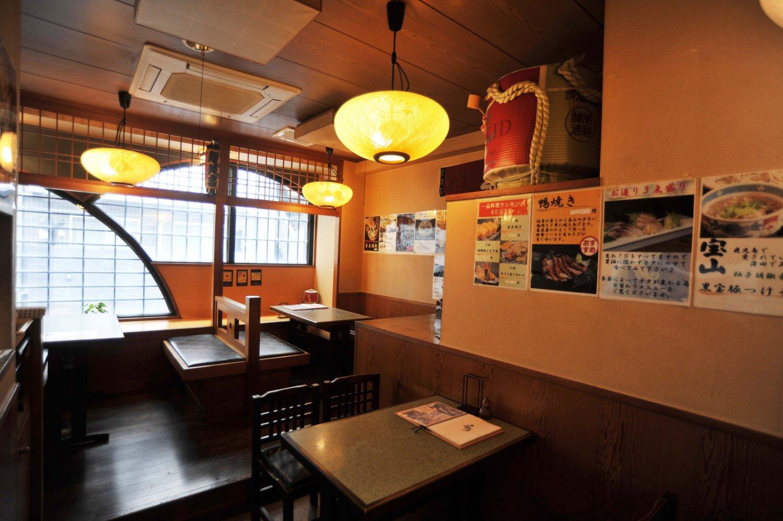 1階奥と2階にテーブル席がある。壁に貼られた案内を読めば、この店のこだわりがよくわかる