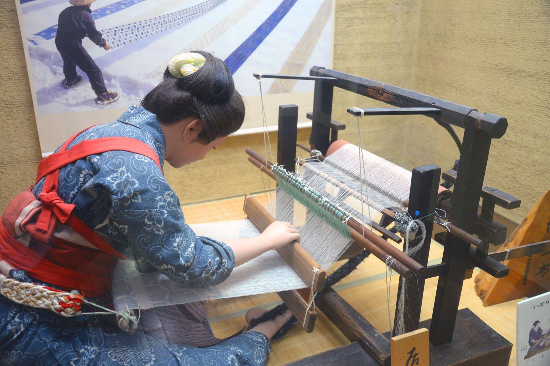 かつて小千谷地方で嫁入りの必須条件だったといういざり機織り。