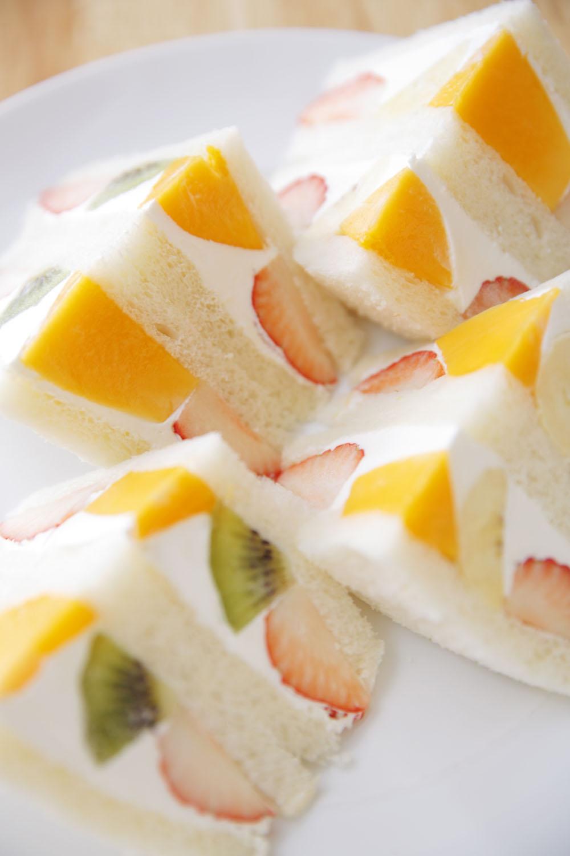 フルーツサンドイッチ4切れ入り900円(イートインは8切れ1700円もあり)。消費期限は1日。