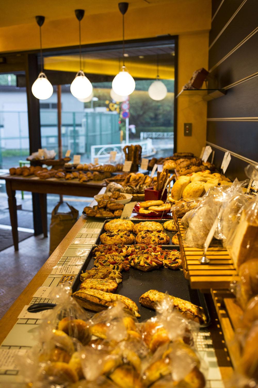 パン職人たちが50種類以上のパンを次々と焼き上げていく。