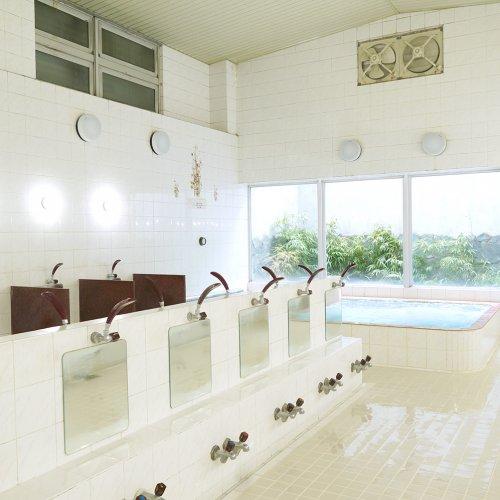 広めの浴槽はゆったりのびのび。地下なのに明るさ満点の西荻窪『文化湯』