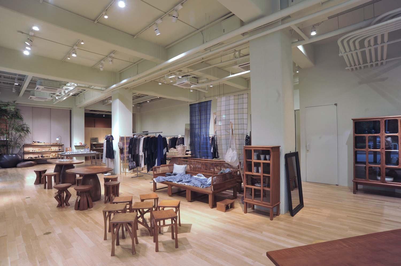 天井高で開放的な店舗空間が広がる。