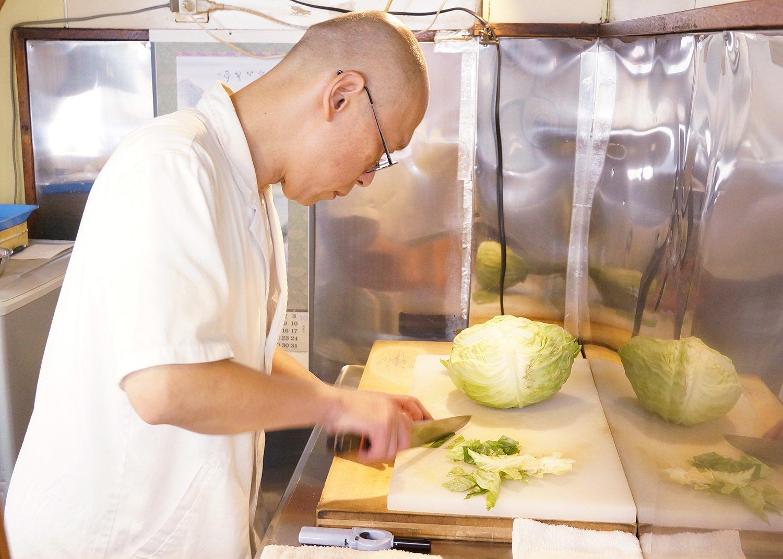 2000年に2代目を継いだ店主の濱さん。キャベツが白菜になるなど、季節によって入る野菜の変化も大切にしている。