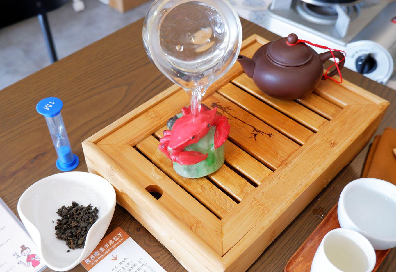 カニを模した茶玩。お湯をかけると鮮やかな色に。