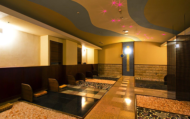 3階の「岩盤浴 彩」では5種類の天然鉱石が敷き詰められている。
