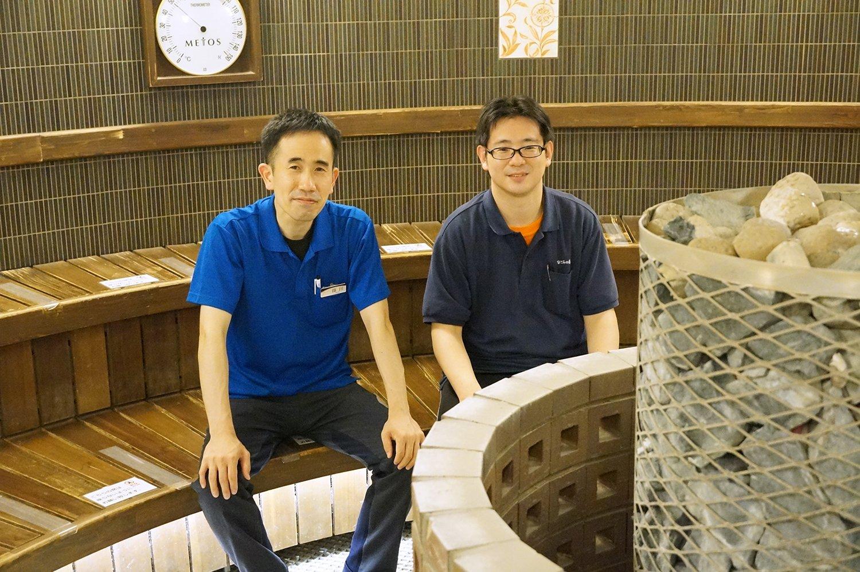 左が店長の篠田さん、右がスタッフの内藤さん。温泉施設で働くことで風邪をひきにくくなったそう。