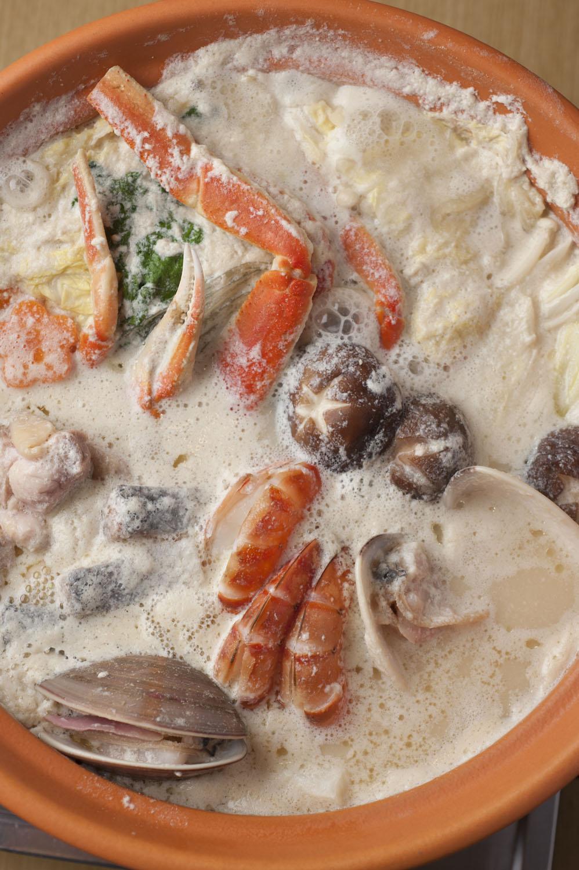 カニや地鶏など12種の具材が入る豆乳鍋1人前2750円。