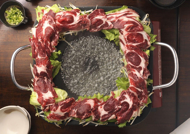 エゾ鹿肉と野菜のしゃぶしゃぶ1人前2160円(要予約。2人前~)。鹿肉は疲労回復にも効果あり。ポン酢タレに、薬味もお好みで。