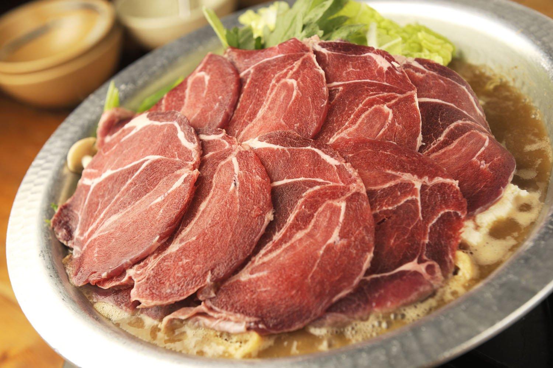 秩父の山地で育った天然の肉を使用した猪鍋3500円(1人前)。