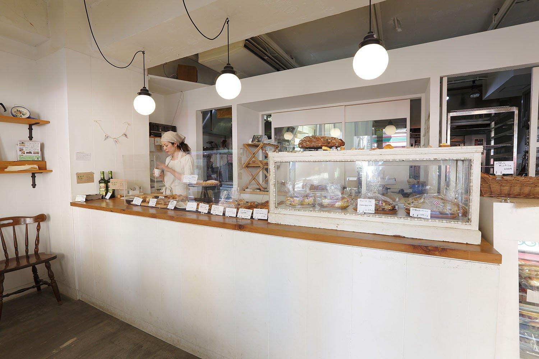 パンは味も香りもいい国産小麦を使用。納品先のレストランでパンを食べた人が買いにくることも。