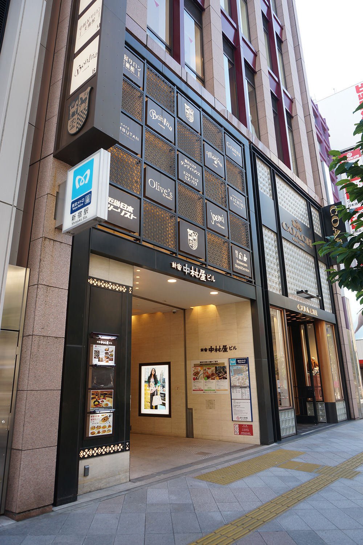 現在の新宿中村屋。『一商人として』には、まだ新宿に喫茶店が見当たらなかった1927(昭和2)年に喫茶部を開設した経緯や、新宿の盛り場としての発展などが事細かに綴られている。