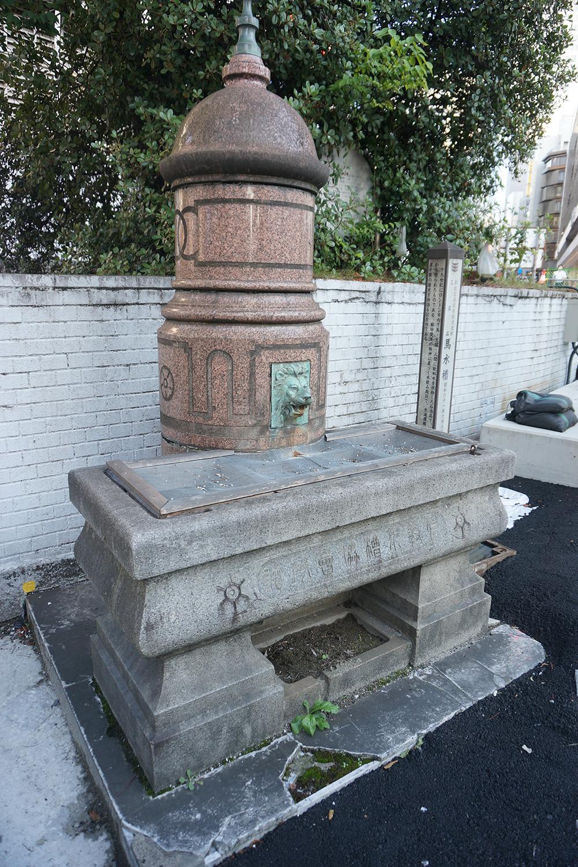 1901(明治34)年頃に東京市にロンドンから寄贈され、1964(昭和39)年に新宿東口広場に移転した「馬水槽(ばすいそう)」。馬が街の重要交通機関だった時代を物語る史跡の1つ。