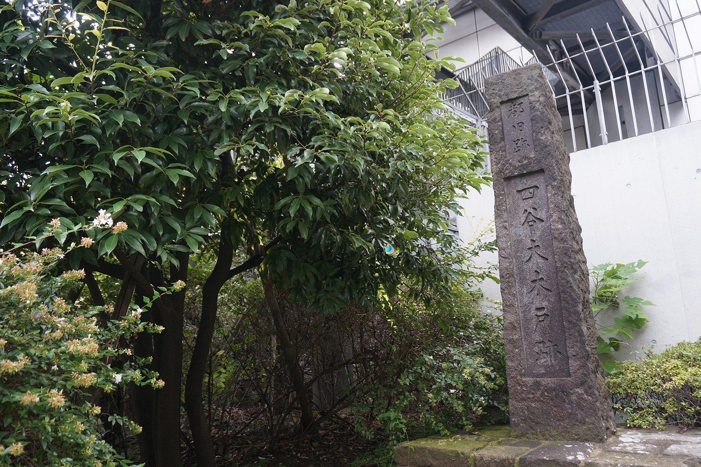 江戸時代、甲州街道の江戸への出入り口は四谷大木戸(現在の東京都新宿区四谷4丁目交差点)のあたり。新宿駅付近は江戸の外側だった。現在の四谷4丁目交差点近くには四谷大木戸の石碑がある。