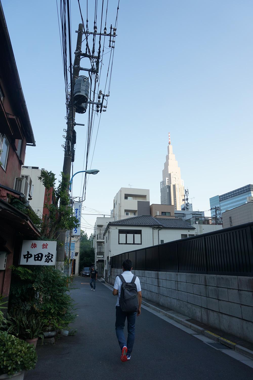 林芙美子が『放浪記』の中で泊まっていた「新宿の旭町の木賃宿」の旭町は、現在の新宿四丁目。今も古くからの旅館が軒を連ねる。