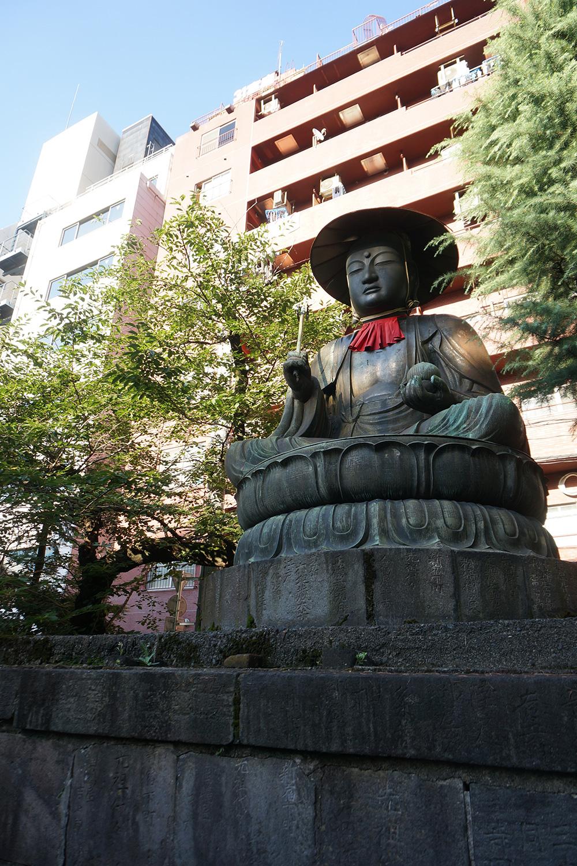 ちなみにこの銅造地蔵菩薩坐像には、映画『セーラー服と機関銃』(1981年)で薬師丸ひろ子も登っている。