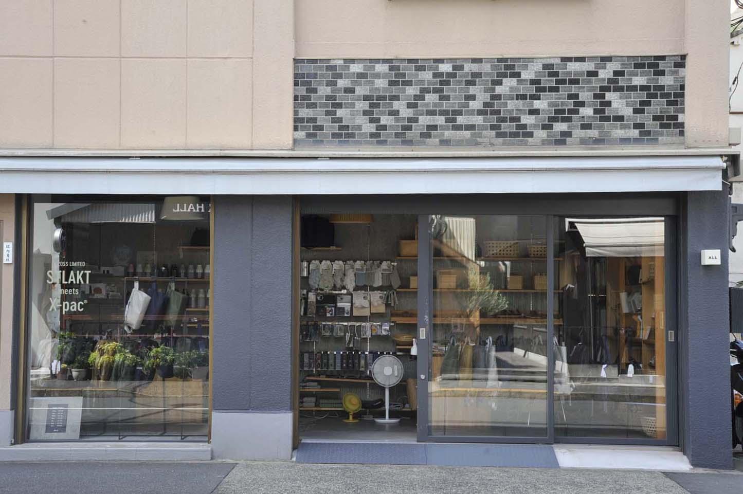 ガラス張りの店頭は中が見やすく、商品も目につきやすい。