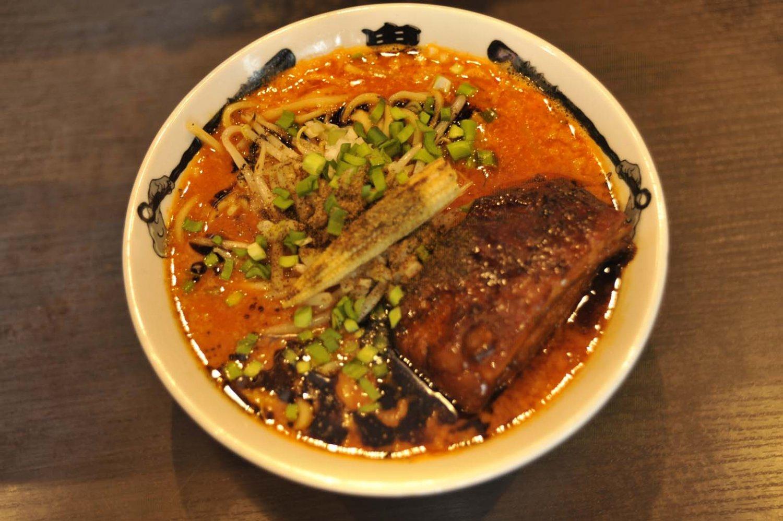 角煮のような極厚チャーシューがのった肉増しカラシビ味噌らー麺1150円。トロッとした食感と甘味がたまらない。