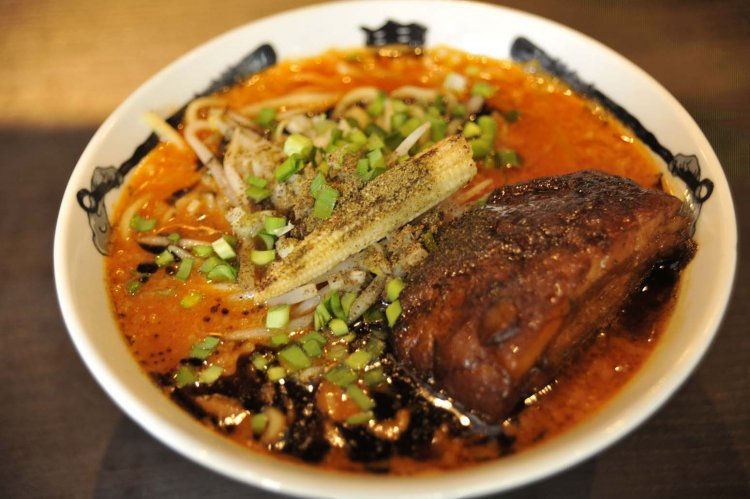 『カラシビ味噌らー麺 鬼金棒 神田本店』で、辛さとしびれが同居する味わい深い味噌ラーメンを
