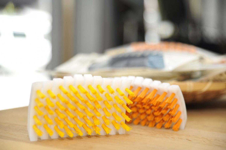 黄色が柔らかめ、オレンジ色が堅めの「野菜洗い丸まるブラシ」各460円。