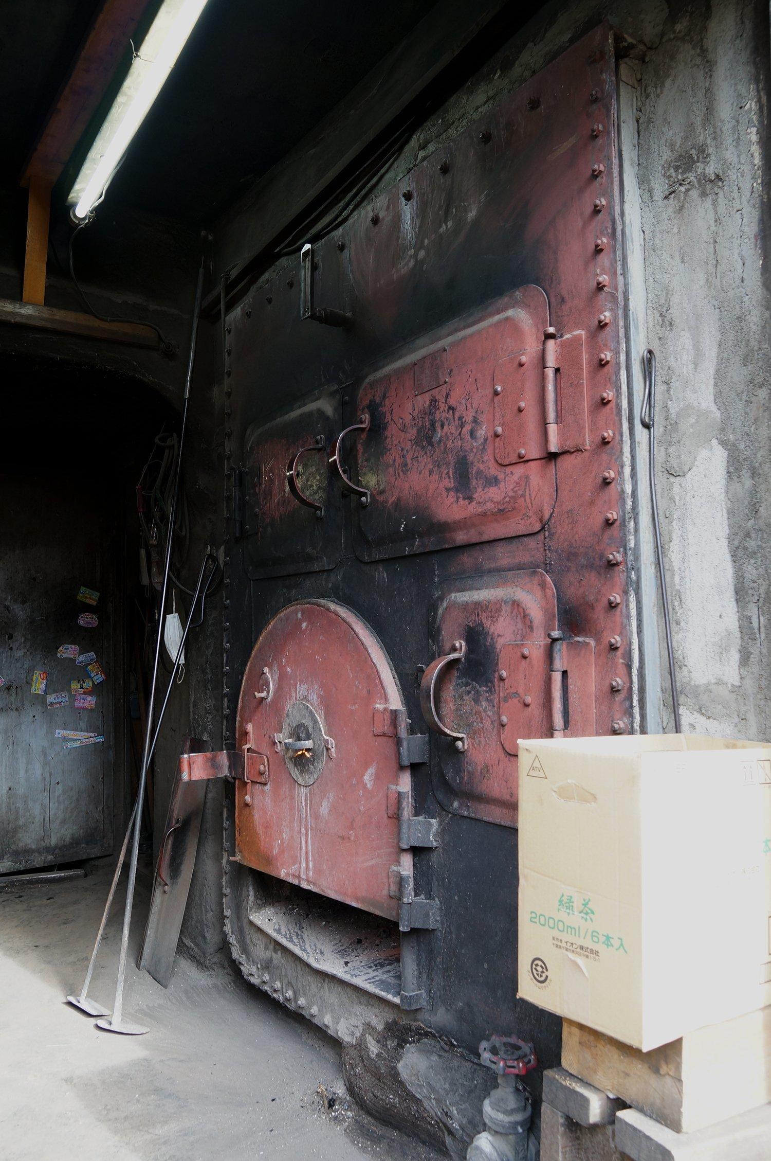 昔ながらの薪釜ボイラー。薪で焚く銭湯もずいぶん減っている。