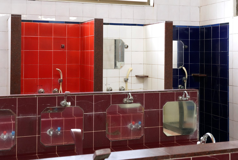 ビビッドなトリコロールカラーが美しいシャワースペース。