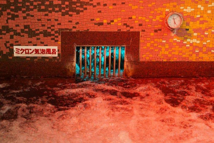 赤い衝撃!だけど、ぬるめのお湯がゆったりやわらか。荻窪の薪で沸かす銭湯『藤乃湯』