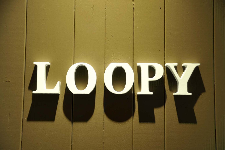 扉を飾る店名看板。店名には、「ループ(つながり)」という意味があり、「酔っぱらい」というスラングでもある。