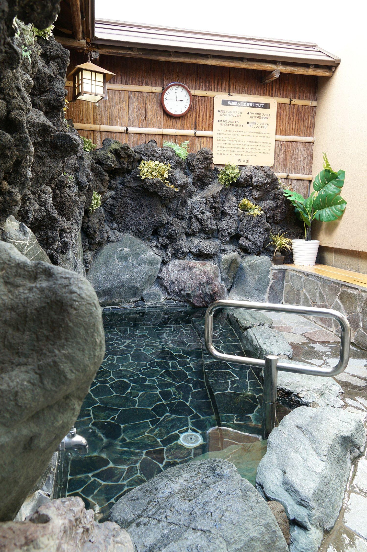 炭酸泉の露天風呂。人気のお湯なので譲り合ってほしい。