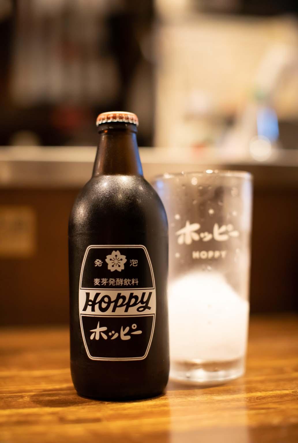 """ホッピーは500円。焼酎は凍らせた状態で出してくれる。通称""""バクダン""""。"""